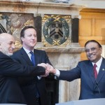 Le président afghan Hamid Karzaï (gauche) et son homologue pakistanais Asif Ali Zardari (droite) avec le Premier ministre britannique David Cameron, près de Londres, le 4 février 2013 (David Parker, AFP)